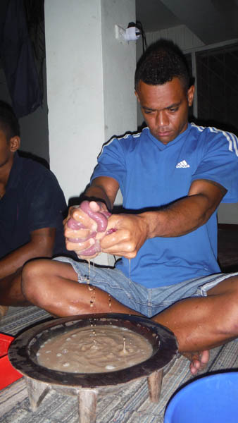 Un local haciendo kava en islas Fiji