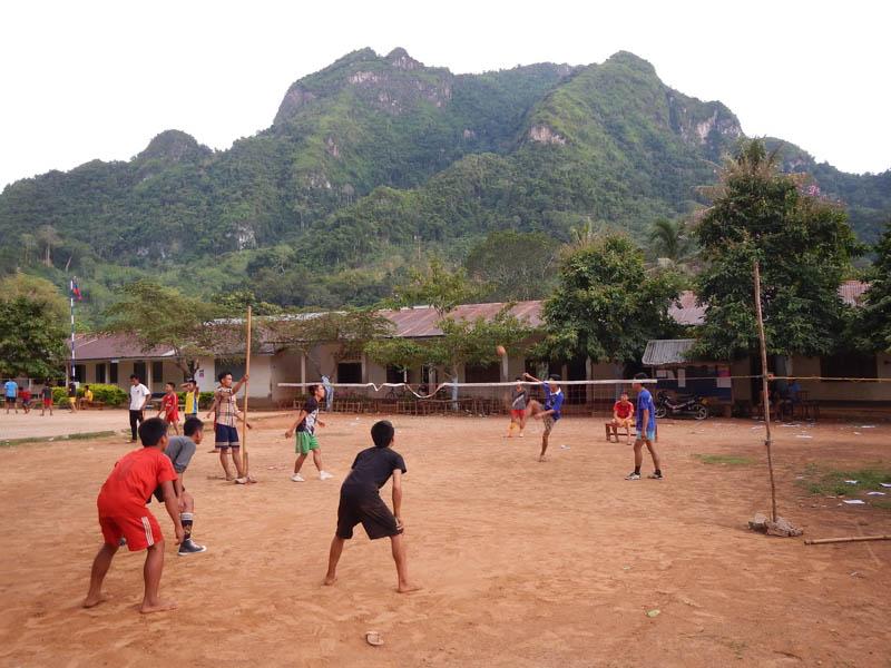 locales jugando futbol en Nong Kwiaw