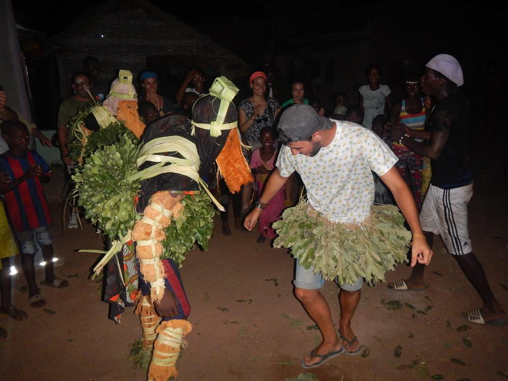 fiesta en poblado en Río Gambia