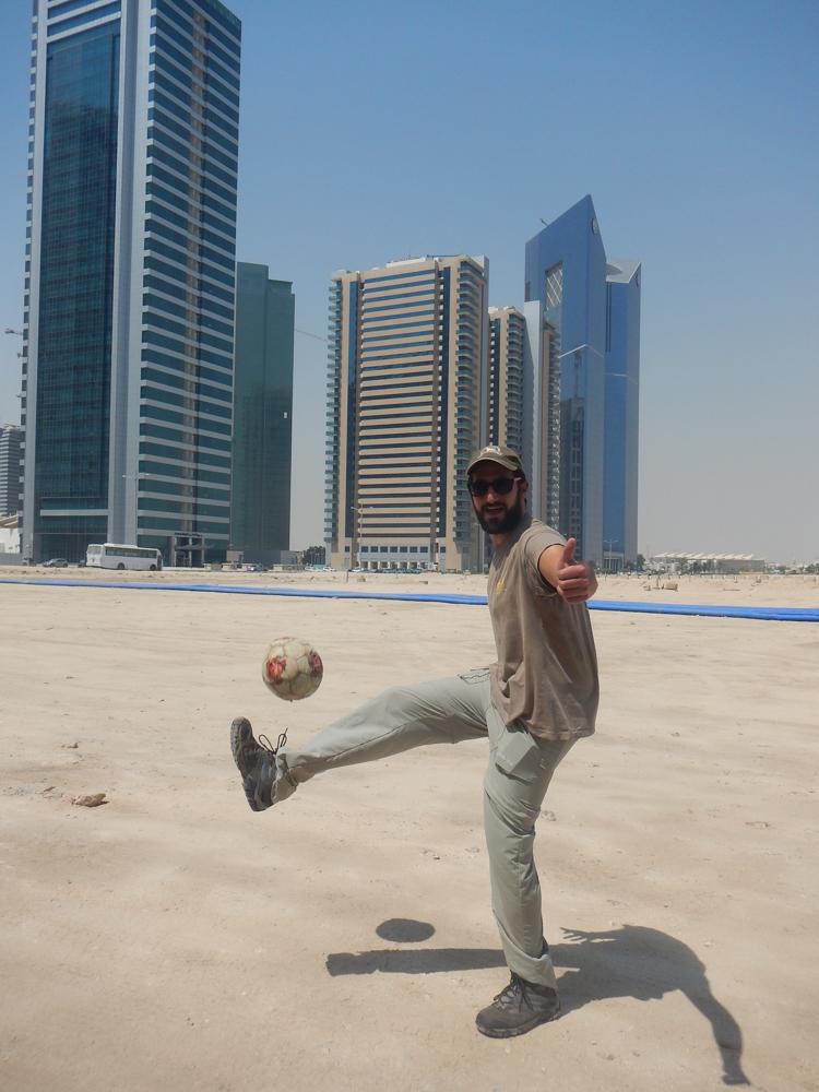 JP jugando a la pelota en Qatar