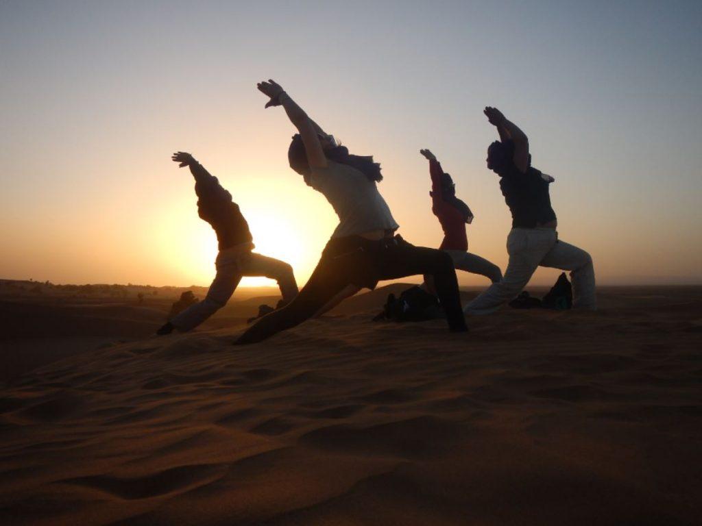 clase de yoga en el Desierto del Sahara