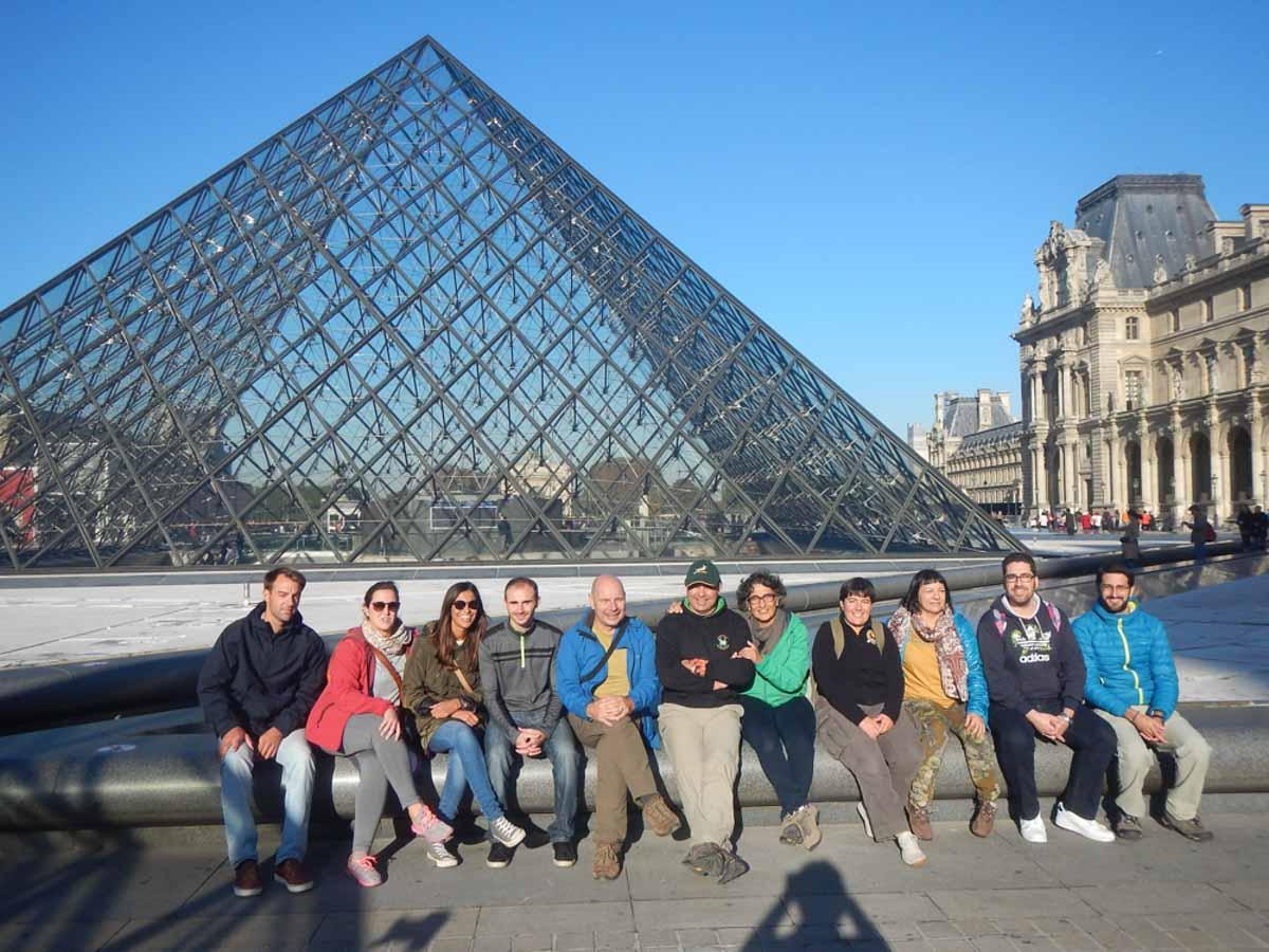 Expedicionarios en el Louvre