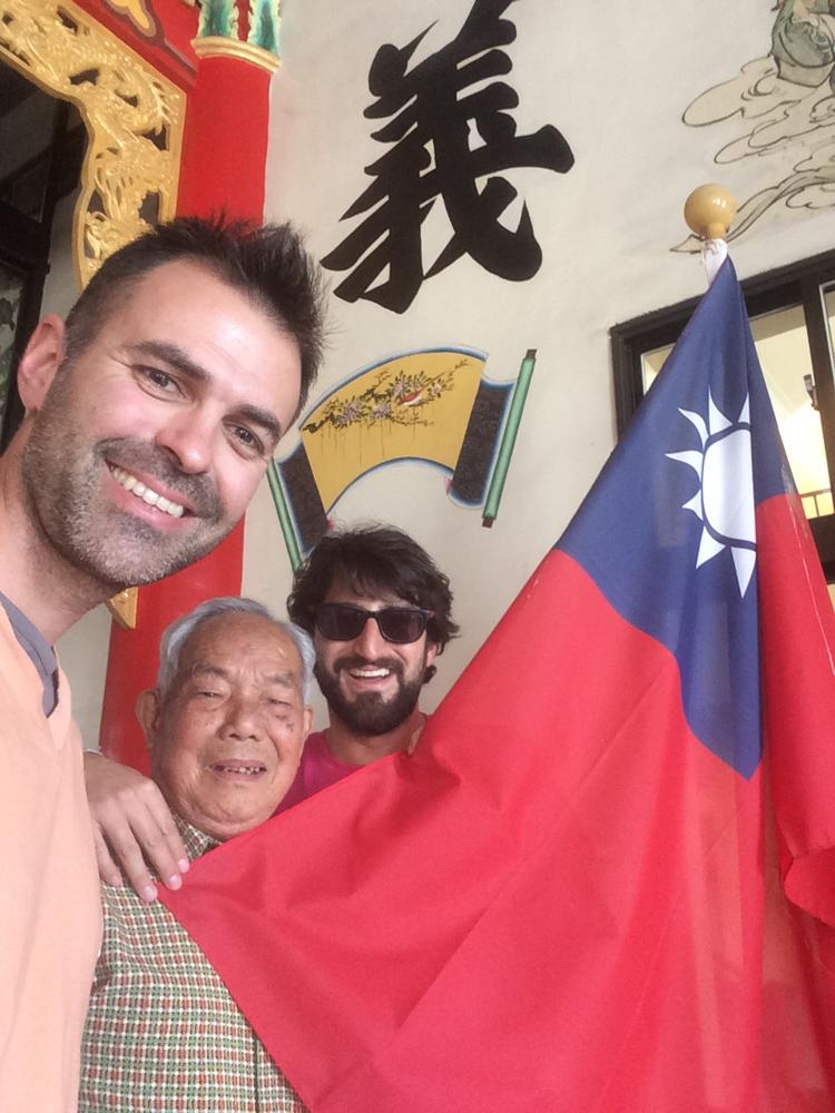 Con la bandera taiwanesa
