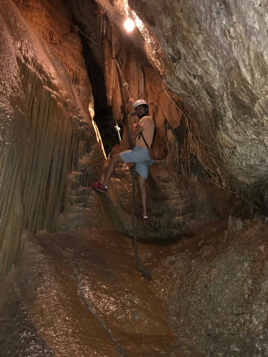 Escalada en el interior de la cueva