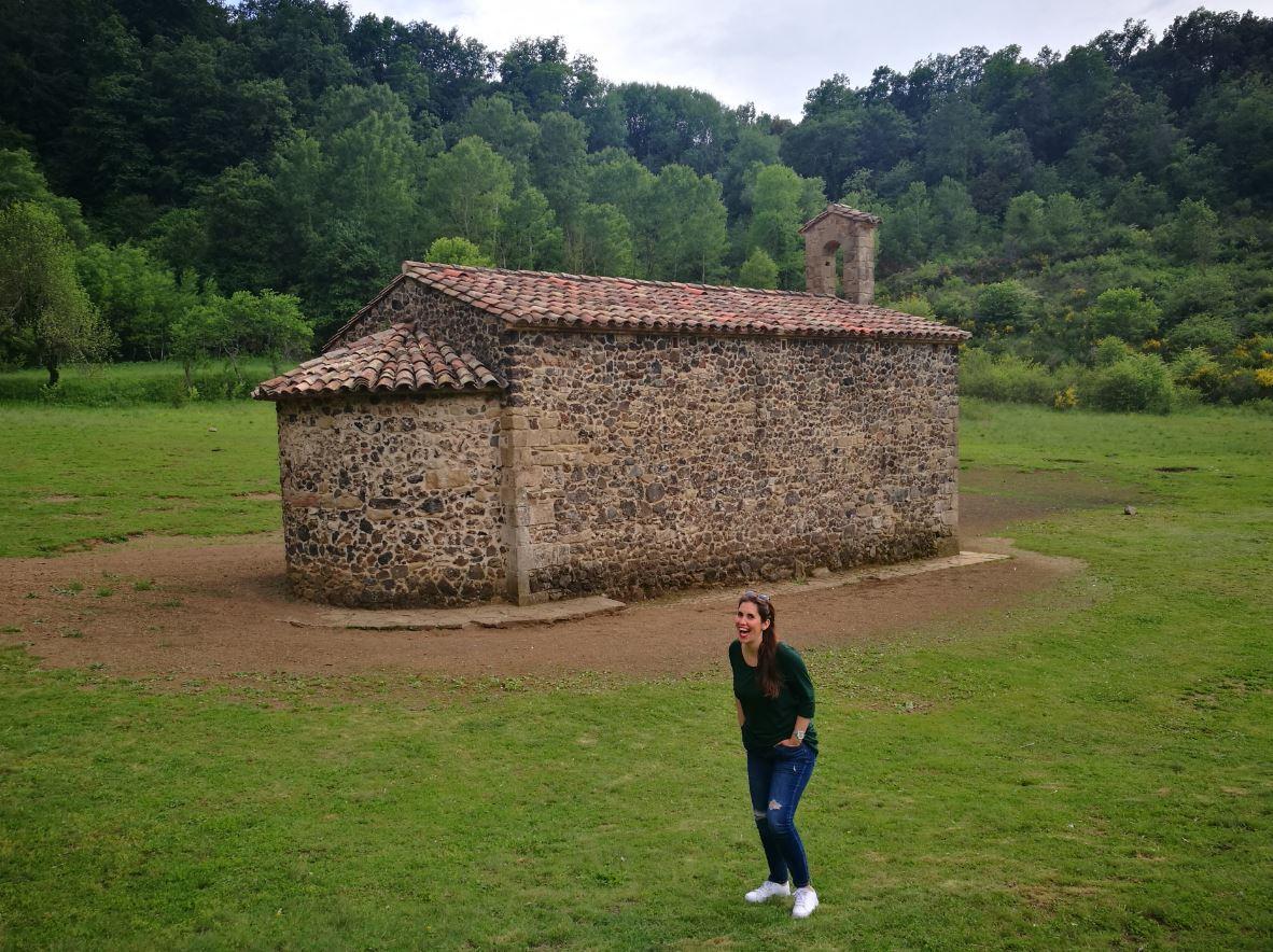 Iglesia interior de un volcan en Girona
