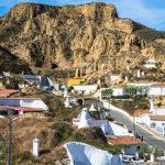 Barrio de casas cuevas en Guadix