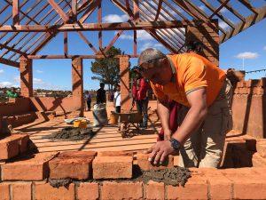Curro construyendo un aula en Yamuna