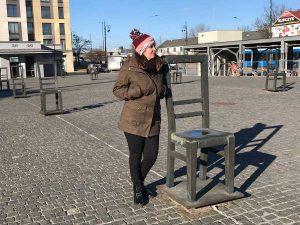 Plaza con las esculturas de las sillas