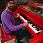 JP tocando piano