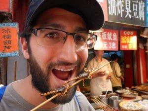 JP comiendo un escorpion